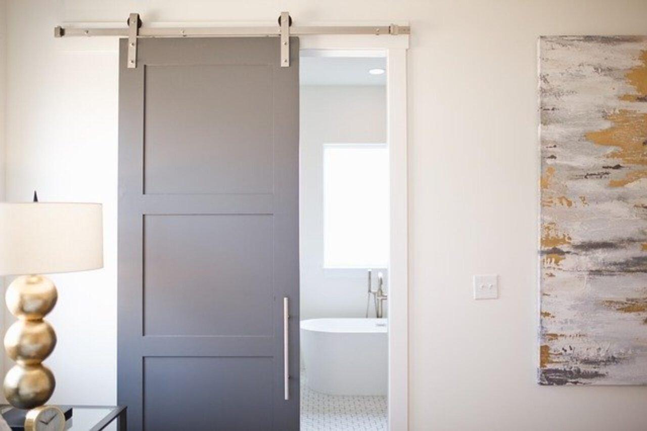 Rustykalne drzwi przesuwne – podstawowe informacje