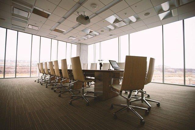 Nowoczesne meble do biura, czyli minimalizm i funkcjonalność